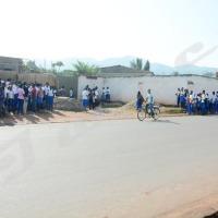 Vendredi, 17 octobre 2014 - Les élèves de l'Institut Commercial de Bujumbura (ICB) n'ont pas pu entrer. Un conflit entre l'école  qui a tardé à payer le loyer et le propriétaire de cet établissement serait à l'origine  de cette fermeture. D'autres sources indiquent que cela est lié aux conflits internes entre les associés  ©A.K/Iwacu