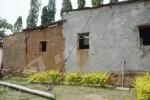 Mardi, 14 octobre2014 – Quartier Kanyare en commune urbaine de Rohero. Ce poteau de la Regideso est tombé il y a un mois selon la population. Les agents de cette entreprise sont venus et n'ont rien fait alors que ces câbles contiennent de l'électricité ©O.N/Iwacu