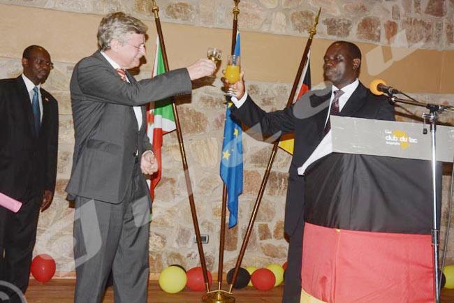 L'ambassadeur de l'Allemagne au Burundi porte un toast avec l'ambassadeur Salvator Ntacobamaze