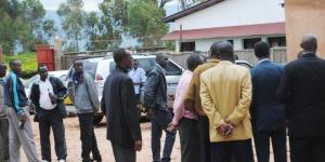 Les responsables des  organes du parti Uprona émus après la suspension de leur réunion par la police ce dimanche à Tora en commune de Mugamba ©Iwacu