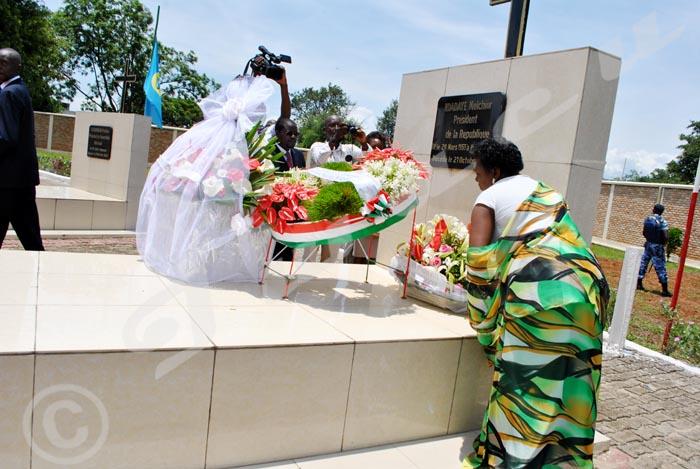 Mercredi, 22 octobre 2014 - Laurence Ndadaye dépose la gerbe de fleurs sur la tombe de son mari. C'était  ce 21 octobre, à l'occasion de la commémoration du 21ème anniversaire de l'assassinat du président Melchior Ndadaye ©A.K/Iwacu