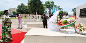 Laurence Ndadaye s'incline devant la tombe de son mari. ©Iwacu