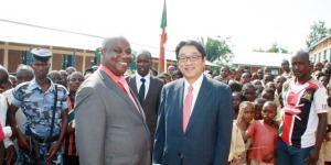 Mr Mikio Mori, ambassadeur du Japon au Burundi avec honorable Ezechiel Nibigira, à l'école primaire Gihinda   ©Iwacu