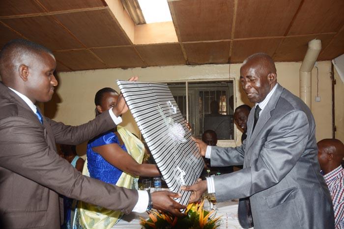 Pierre Claver Mbonimpa reçoit des cadeaux de la part des employés de l'APRODH  ©Iwacu