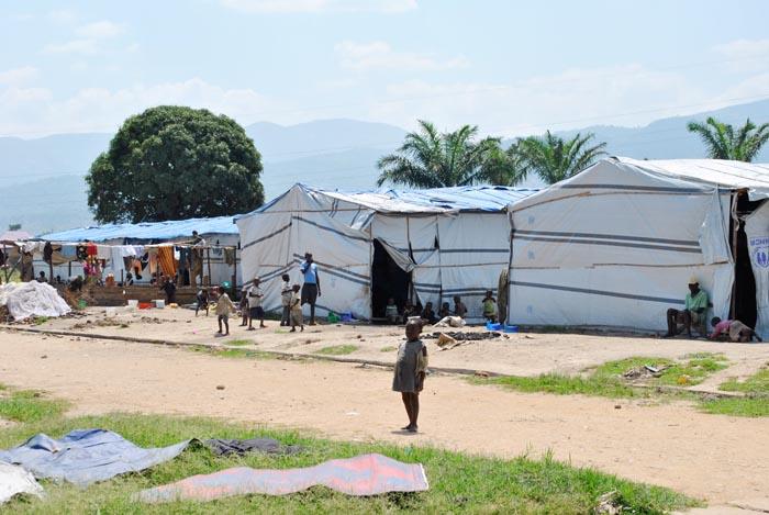 Vue partielle des bâches pour les personnes déplacées dans le quartier Carama de la commune de Kinama ©Iwacu