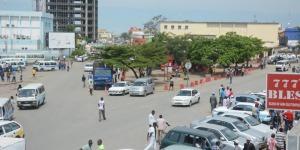 Autour du kiosque Brarudi, la présence de policiers et d'un camion de la police gène les vendeurs de téléphone portable ©Iwacu