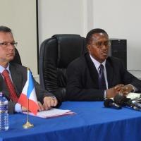 De gauche à droite, l'ambassadeur de France au Burundi, Gerrit Van Rossum  et Ernest Mberamiheto, ministre chargé de la Bonne Gouvernance ©Iwacu