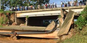 L'ancien pont Ntahangwa effondré et les tuyaux de la Regideso cassés ©Iwacu