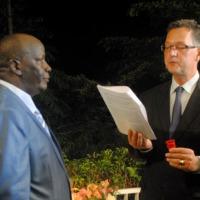Gerrit Van Rossum, ambassadeur de France au Burundi remet à Mohammed  Rukara des insignes d'Officier de la Légion d'honneur  ©Iwacu