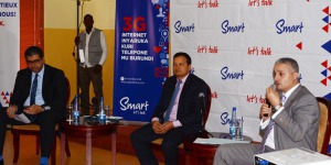 De gauche à droite  le directeur commercial le D.G de Smart Burundi et le DG de Smart dans la sous-région ©Iwacu