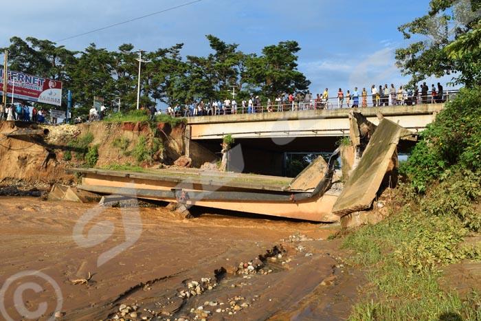Vendredi, 28 novembre 2014 – Une partie du pont  Ntahangwa situé sur le boulevard du Peuple Murundi s'est effondrée. Les tuyaux de la Regideso alimentant une partie du nord de la capitale ont été cassés ©R.N/Iwacu