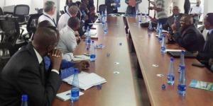 L'ancien Commissaire Général, Kieran Holmes et Econie Nijimbere, le Président de la CFCIB singe le Mémorandum d'entente, le 21 Novembre 2013 ©Iwacu