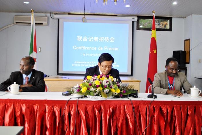 De gauche à droite : le représentant du ministère des Relations extérieures et de la Coopération internationale, Yu Xuzhong, ambassadeur de la Chine au Burundi et Albert Maniratunga, Directeur général de l'AACB ©Iwacu