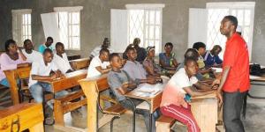 Des démobilisés en train de suivre une séance d'explication de la manière dont cette aide sera octroyée par Pax Christi International ©Iwacu