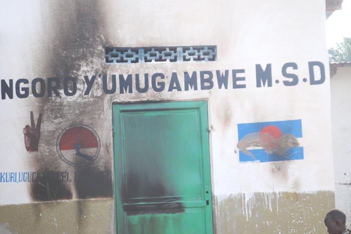 Noir de fumée sur les murs de la permanence sur la colline de Busebwa en commune de Rumonge après avoir que des hommes non encore identifiés aient tentés d'incendier la permanence. ©Iwacu