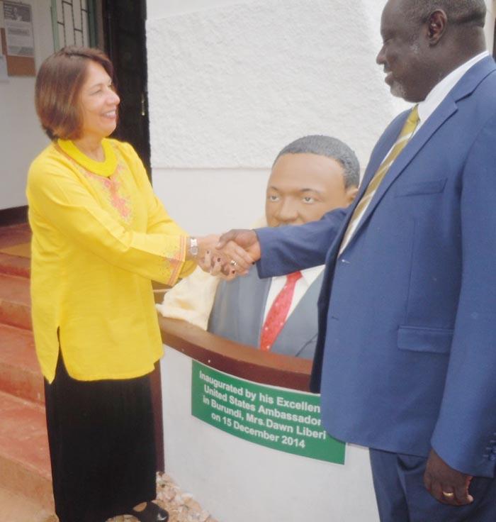 L'ambassadeur Liberi avec Antoine Kaburahe devant le buste de Martin Luther King ©Iwacu