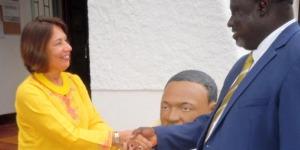 L'ambassadeur Liberi avec Antoine Kaburahe devant le buste de Martin Luther King