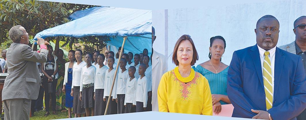 L'Ambassadeur des Etats-Unis au Burundi à Gitega à l'occasion  du premier anniversaire de l'American Corner de Gitega. Mme  Liberi et le Coordinateur du Centre Culturel de Gitega, Antoine Kaburahe, écoutent les hymnes des deux pays  admirablement chantés par la Chorale de l'Institut de Musicologie de Gitega ©Iwacu