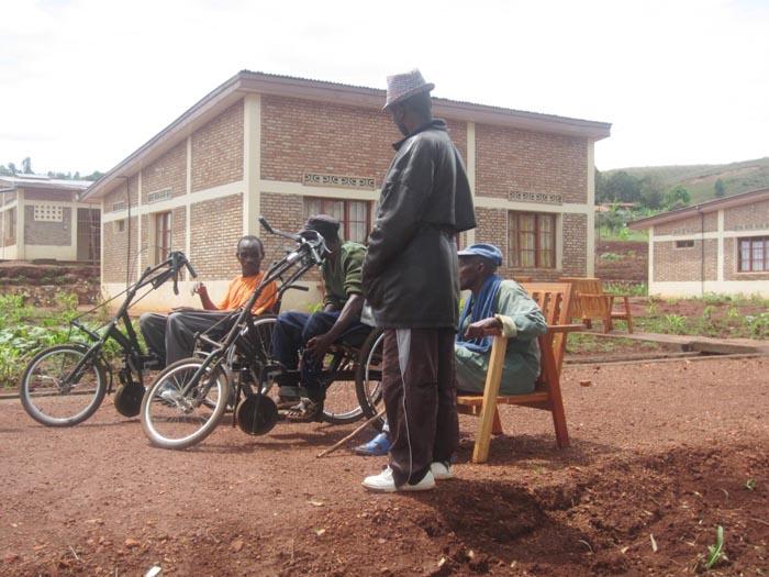 Les ex-combattants handicapés devant leurs maisons à Zege ©Iwacu