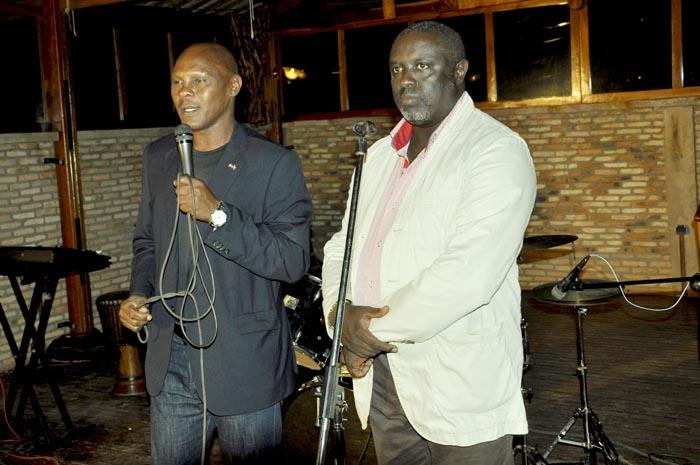 Le ministre de la Culture avec Antoine Kaburahe lors de la soirée ©Iwacu