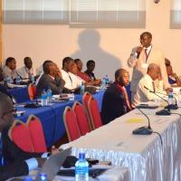 Légende : Dr Pierre-Célestin Karangwa exposant sur le système des internats et de la bourse ©Iwacu