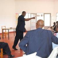 Pierre Claver Ndayicariye (débout) : « Des coalitions et rassemblement oui, mais longtemps avant les élections. » ©Iwacu