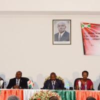 De gauche à droite, le représentant de l'Unicef au Burundi, le ministre de l'Enseignement supérieur, le président de la République, la ministre de l'Enseignement de Base et secondaire et le maire de la ville de Bujumbura ©Iwacu