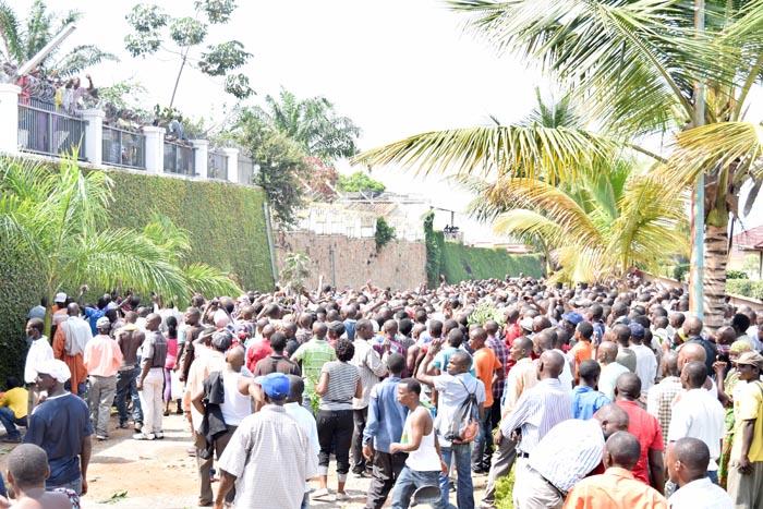 Au domicile d'Agathon Rwasa, militants et sympathisants n'attendent que son discours d'apaisement pour rentrer  ©Iwacu