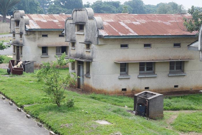 Devant des locaux de l'hôpital Prince Régent Charles, quelques cuves ont été installées pour le dépôt des déchets ©Iwacu
