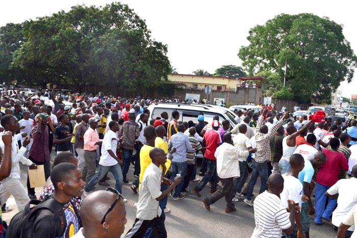 Lundi, 15 décembre 2014 - Le véhicule transportant Agathon Rwasa au milieu de ses sympathisants ©R.N /Iwacu