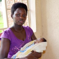 Emelyne Niyonkuru, son nourrisson dans les bras ©Iwacu