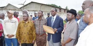 Des membres des partis de l'opposition au siège de la Ceni ©Iwacu
