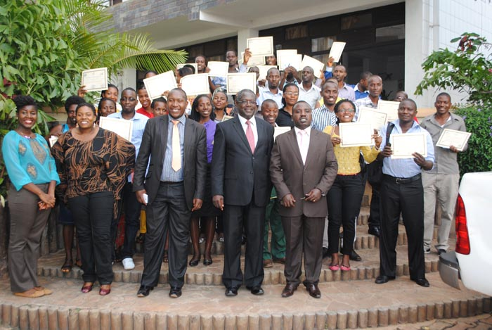 Les jeunes  exhibent les certificats obtenus après la formation. L'avant plan : les officiels de l'Api ©Iwacu