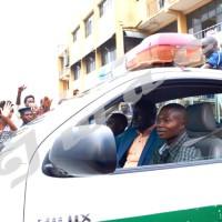 Bob Rugurika dans un véhicule de la police,   en route vers la prison centarle de Mpimba