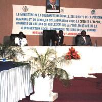 De gauche à droite, le représentant de l'Acpdh, le secrétaire permanent au ministère de la solidarité et le représentant de la Cntb ©Iwacu