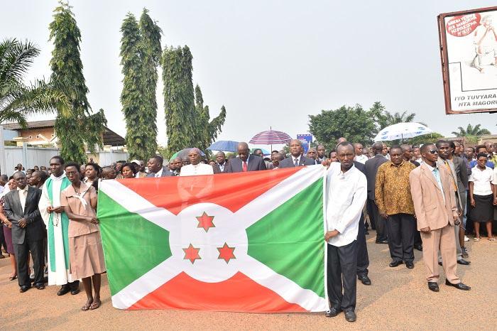 Derrière le drapea,  Mgr Evariste Ngoyagoye entouré de la classe politique burundaise ©Iwacu