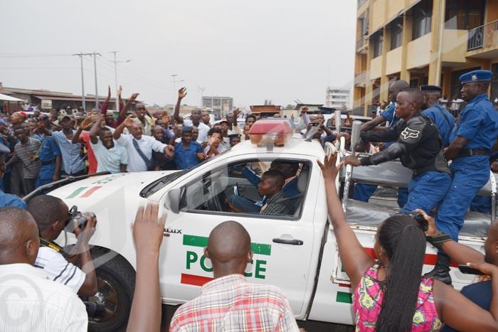 Mardi, 20 janvier 2015 - Bob Rugurika (costume bleu) dans le pick-up de la police, en route vers la prison centrale de Mpimba ©R.N/Iwacu