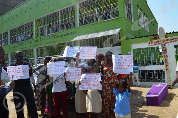 Lundi, 26 janvier 2015 - Sit-in de Guillaume Harushimana et les siens à la RPA vers 9h00. Sous le soleil de plomb ces enfants et les autres brandissent des écrits ©O.N/Iwacu