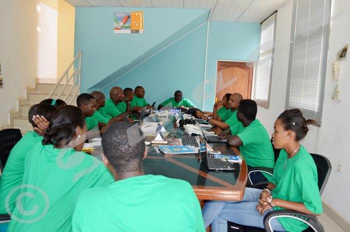 Mardi, 27 janvier 2015 - Lancement de la campagne mardi vert pour réclamer la libération inconditionnelle de Bob Rugurika. Certains des journalistes d'Iwacu en conférence de rédaction matinale ©Iwacu