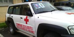 L'ambulance contenant les deux cerceuils des militaires blancs qui auraient été tués dans un accident d'helicoptère ©Iwacu