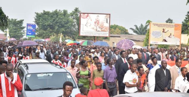 Pour le bon déroulement des élections de 2015, nombre de  fidèles ont participé à cette marche pour « des élections apaisées de 2015. » ©Iwacu