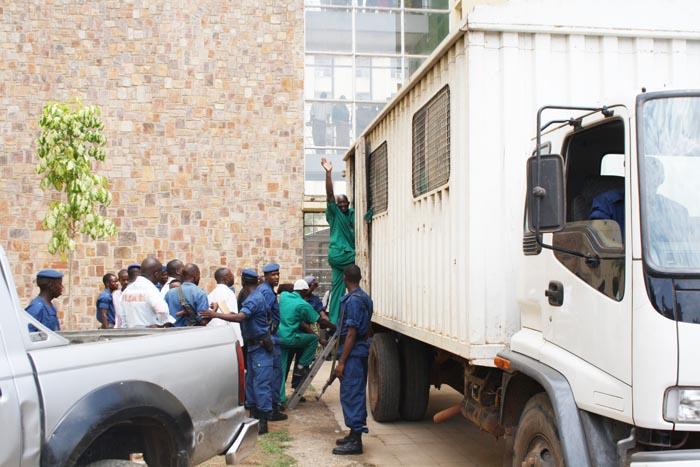 Mbonimpa salue la foule venue le soutenir avant de s'embarquer dan le camion qui le ramène à la prison de Mpimba ©Iwacu
