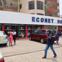 Un client en train de téléphoner avec les nouveaux tarifs devant le siège d'Econet à Bujumbura ©Iwacu