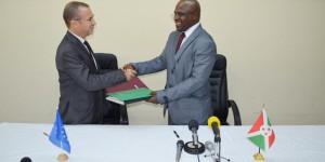Patrick Spirlet, ambassadeur de l'Union européenne au Burundi, et Tabu Abdallah, ministre des Finances, se serrant la main après la signature de la convention. ©Iwacu