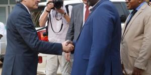 Visite du vice-premier ministre et ministre des affaires étrangère  belge, M. Didier Reynders, au groupe de pesse Iwacu. Poignée de main entre Antoine Kaburahe, Directeur des publications  et le visiteur ©Iwacu