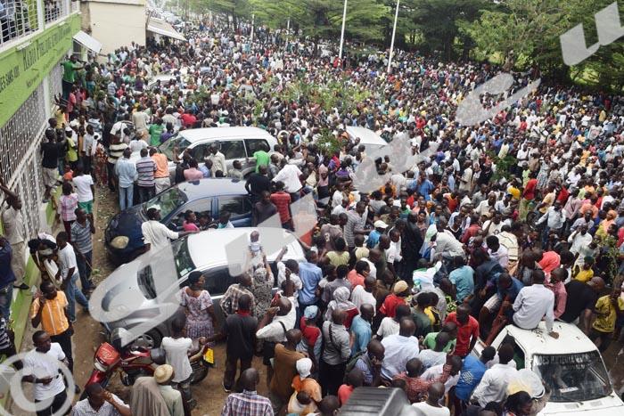 Mercredi, 18 février 2014 - Des milliers de personnes devant le bâtiment abritant la RPA après l'annonce de la libération de Bob Rugurika ©R.N/Iwacu