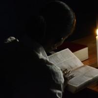 Un élève en train de réviser grâce à une bougie à défaut d'électricité ©Iwacu