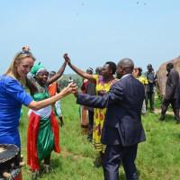 Au pied de la pierre Livingston, Mme Vrijlandt, la ministre Nizigiyimana et le représentant de la chambre sectorielle HTB exécutent une danse traditionnelle ©Iwacu