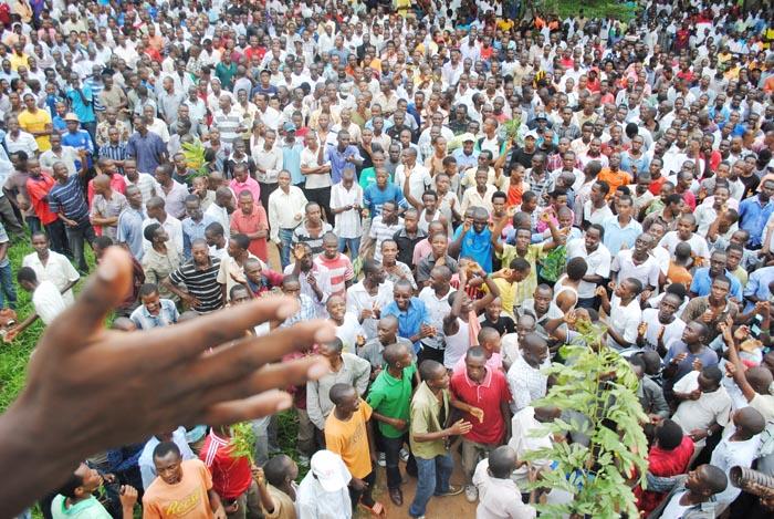 Les étudiants acclamant l'arrivée de leur représentant ©Iwacu
