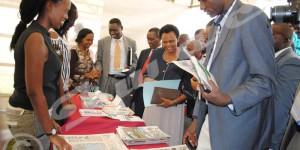 Le vice-recteur de l'UB et d'autres participants en train de visiter les stands ©Iwacu